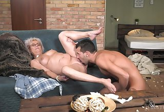 Granny plant magic almost her gungy pussy and ass