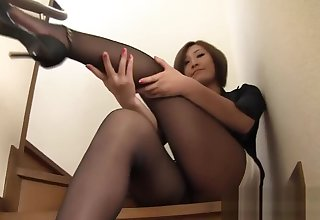 Hot japanese full-grown in too short miniskirt in trouble to hide her thong !