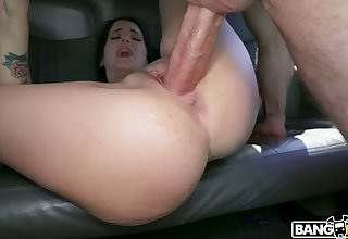 Horny Jessica Jewelz is an adventurous gal that likes gender in a car